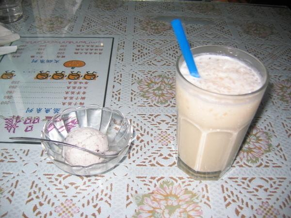 台南大學路歐風三館-奶茶+冰淇淋