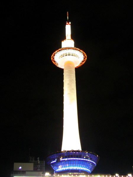 京都車站前的京都塔