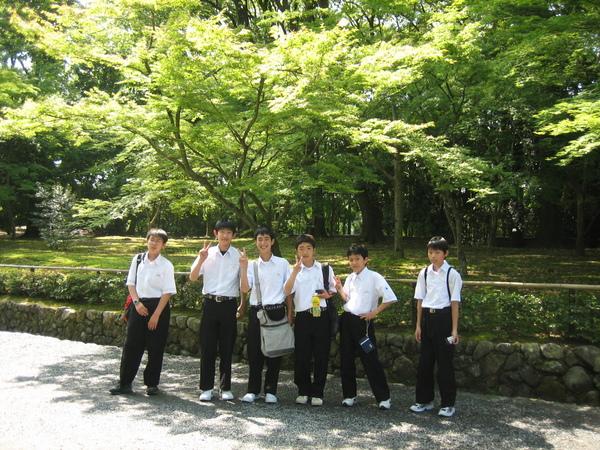 去金閣寺參加修業旅行的中學生