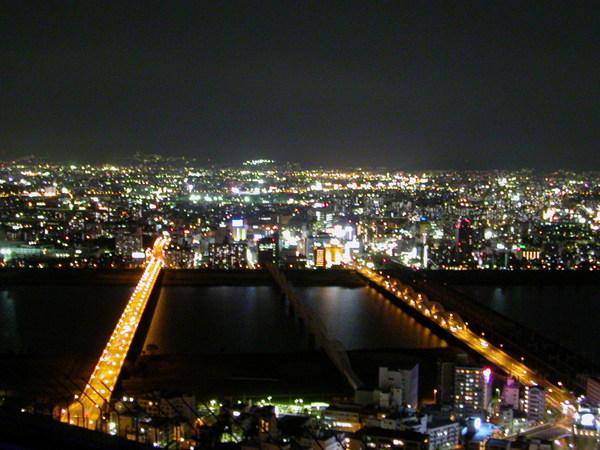 從天空之城的頂端俯瞰大阪夜景