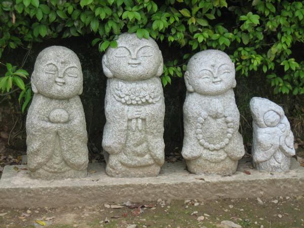 欄山路旁的沙彌像