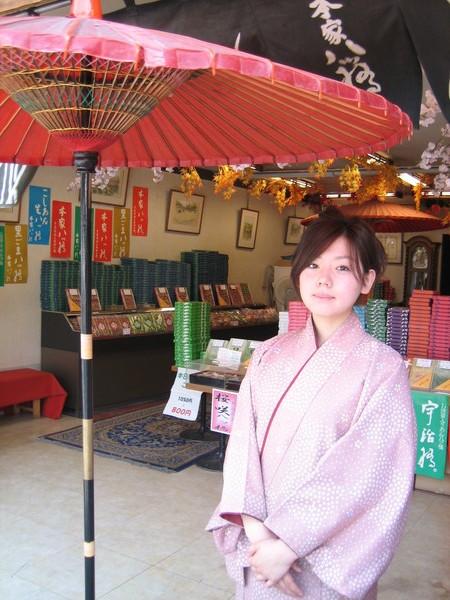 嵐山道旁賣綠茶的可愛姑娘