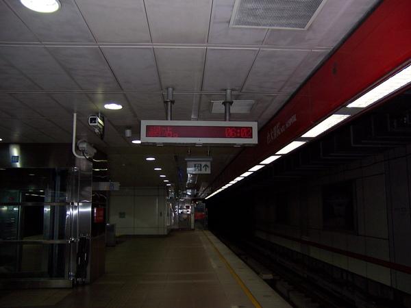 清晨6:02分的捷運月台