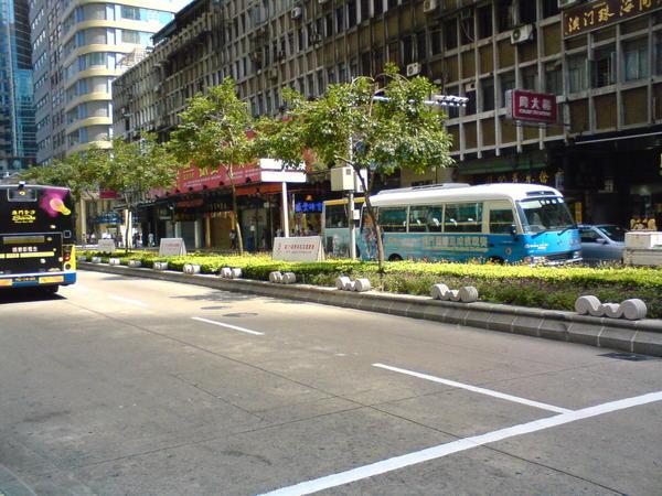 馬路的另一側就可以走到澳門最熱鬧的商區
