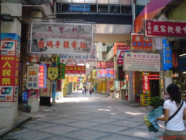 檳榔店的旁邊有各式各樣的特產店跟電子商品