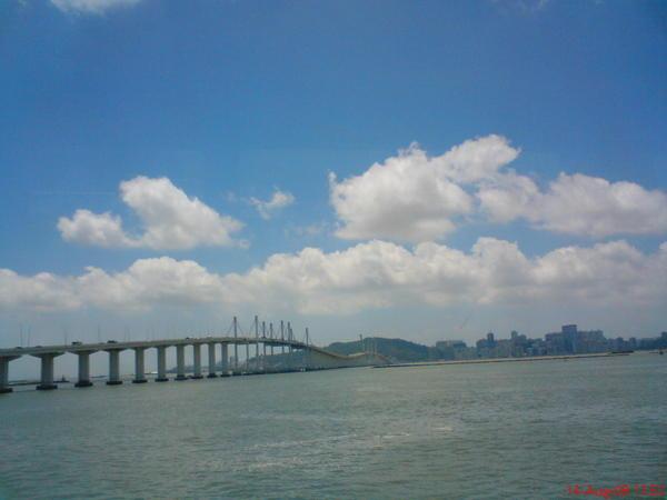 開船囉, 照一下外頭連結機場跟巿中心的大橋