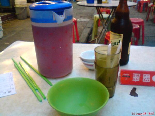 注意看那一壺茶跟綠色大塑膠碗