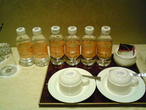 一進房門就看到6罐礦泉水!