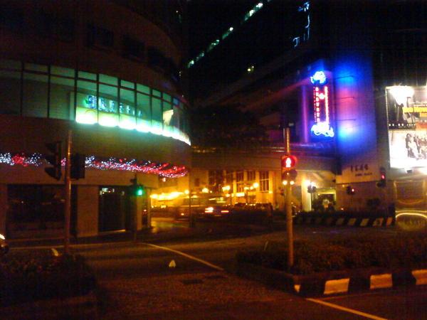 在澳門要過馬路都得經過二個紅綠燈, 而且二個不同步