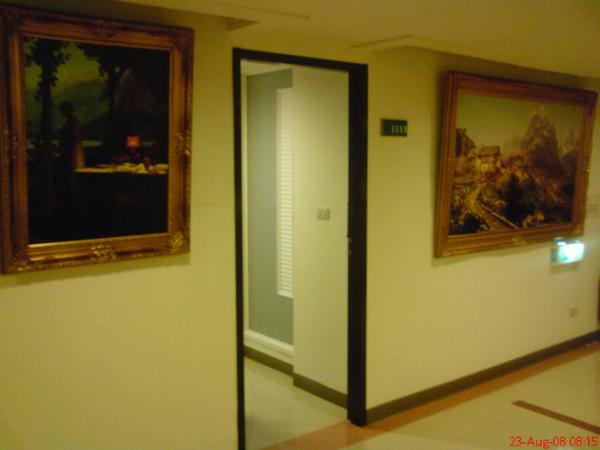 門外有二幅過大的畫!