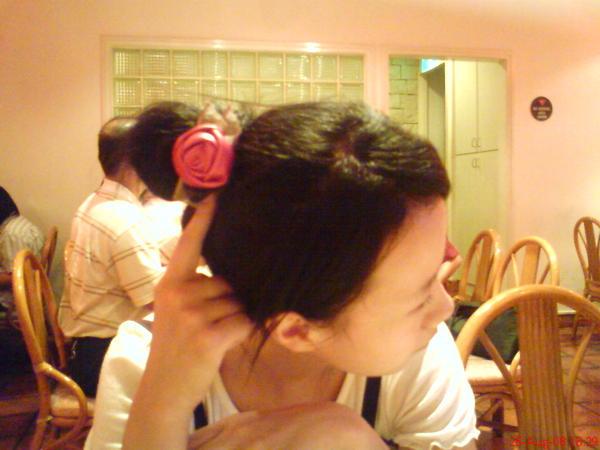 她說髮夾是一朵漂亮的花要拍照!