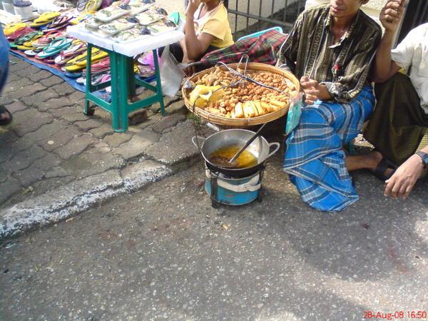路邊賣油炸物的小販, 炸鍋還真迷你啊!
