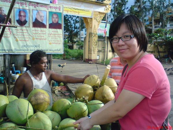 大金塔附近的椰子攤