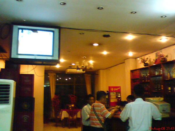吃飯的中國餐廳, 電視正在播民視的娘家啊~~