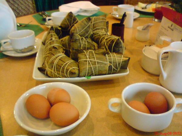 第三天要到很遠的勃固, 早上在飯店蒸了粽子, 還A了白煮蛋