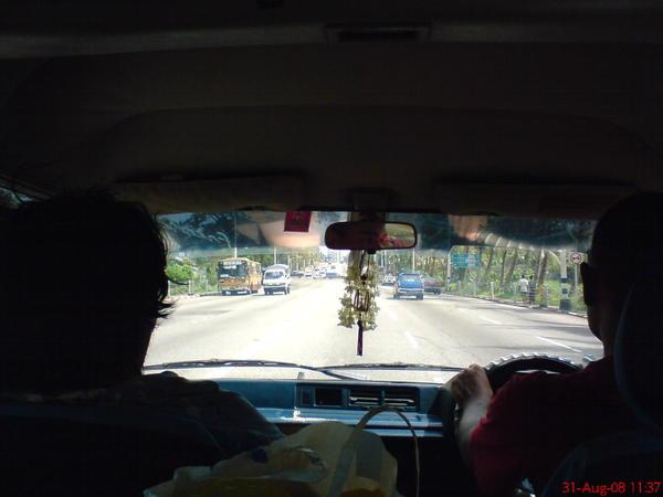很奇怪, 雖然駕駛座在右邊, 但也是靠右邊馬路走