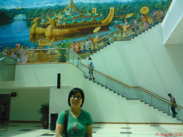 仰光機場, 牆上畫的是緬甸的皇宮