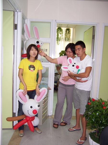 柚子不要把玉兔夾在腿上, 則成你看來像在抱小孩耶!