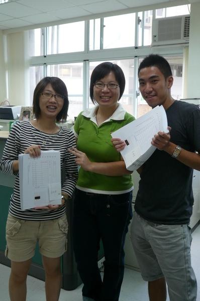 二個壞心同學拿同學的考卷訕笑