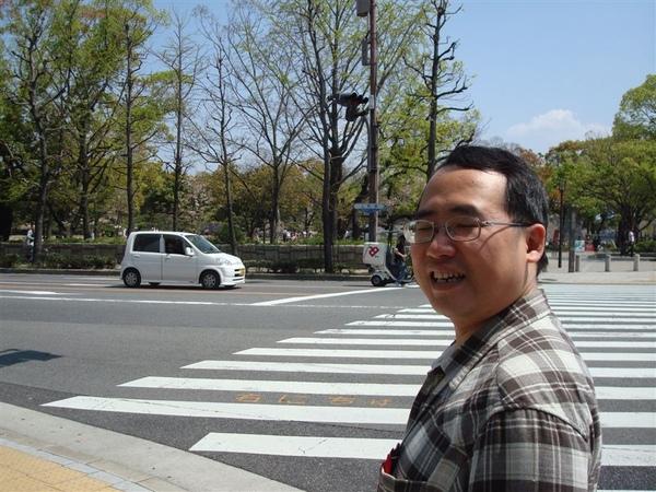 熱血球迷在大阪球外圍沒事轉頭被拍到