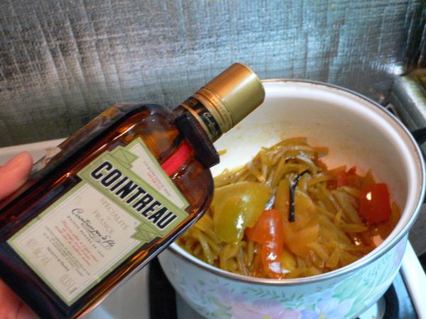 起鍋前加入橙酒.JPG
