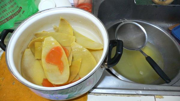將水瀝掉再重複加水煮沸2次.JPG