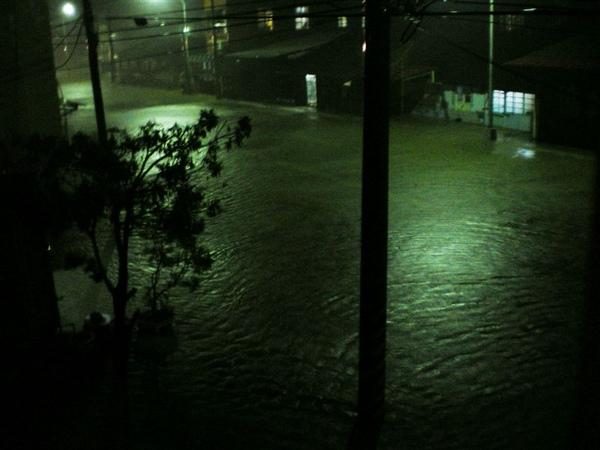 連下兩天雨,又淹起來了,馬路變成小河囉