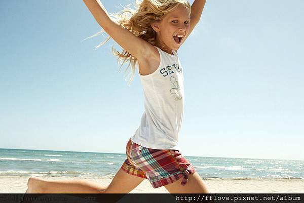 小女孩奔跑