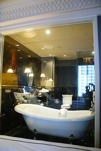浴廁有電動窗簾可以降下,害羞的人不用擔心