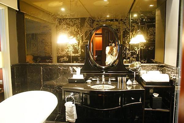 黑色鏡面的大理石上有鑲嵌銀白色紋路,整個很貴族風