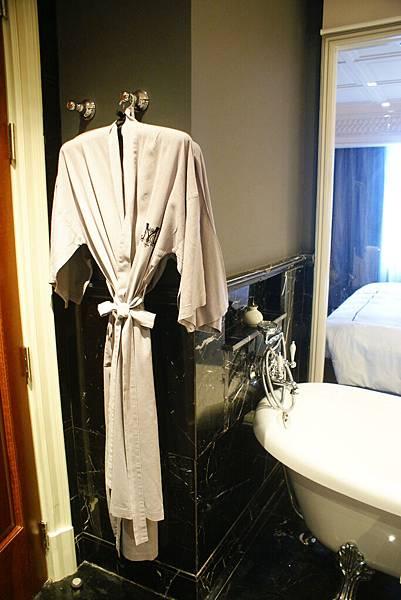 浴袍材質非常細膩,還貼心的附上一大一小的size