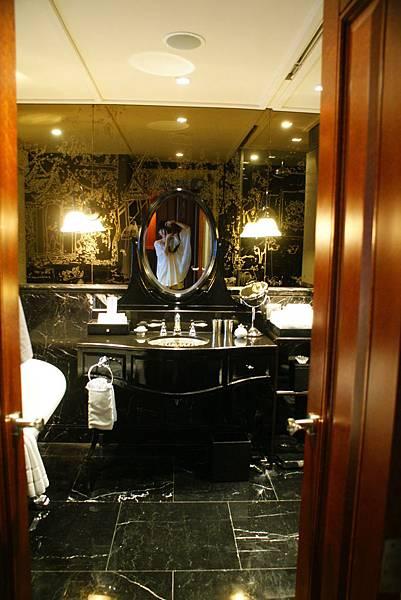 用黑色大理石鋪飾而成的浴室