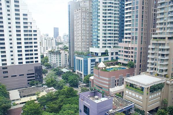 附近也有幾間飯店頂樓有空中泳池