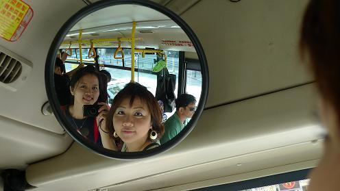 坐巴士去~