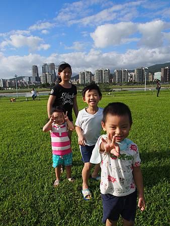 1021013大佳河濱公園遛狗1