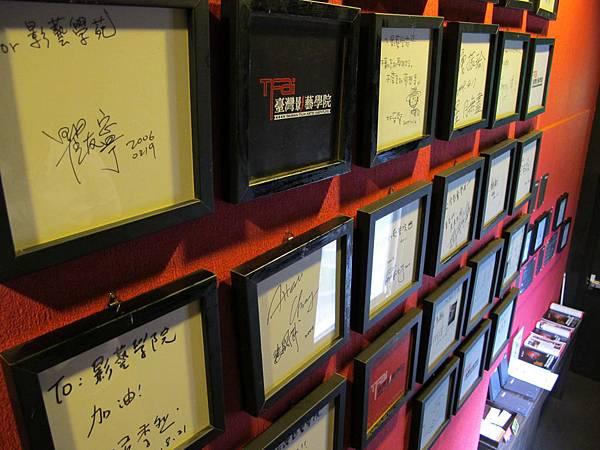 滿滿的簽名敘述著影藝學院的歷史!