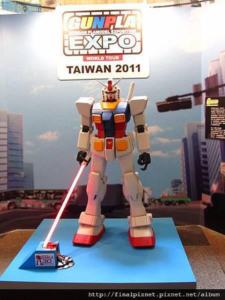 Gunpla EXPO 2011-場外-RX-78-2-等身高-1.jpg