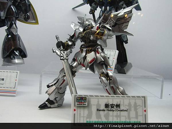 Gunpla EXPO 2011-場外-模友作品-銀色金屬風MG新安洲.jpg
