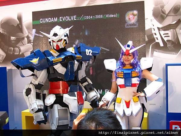 Gunpla EXPO 2011-會場-真人鋼彈+鋼彈娘-6.jpg