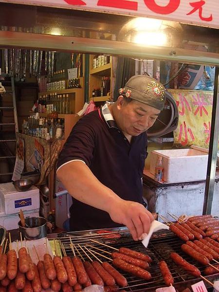 烏來老街-黑豬肉香腸-老闆.JPG