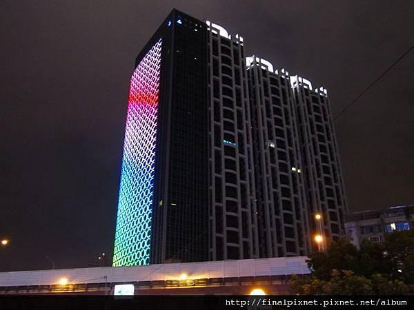 新埔站-1、2號一出來就看得到的圈圈燈大樓.jpg