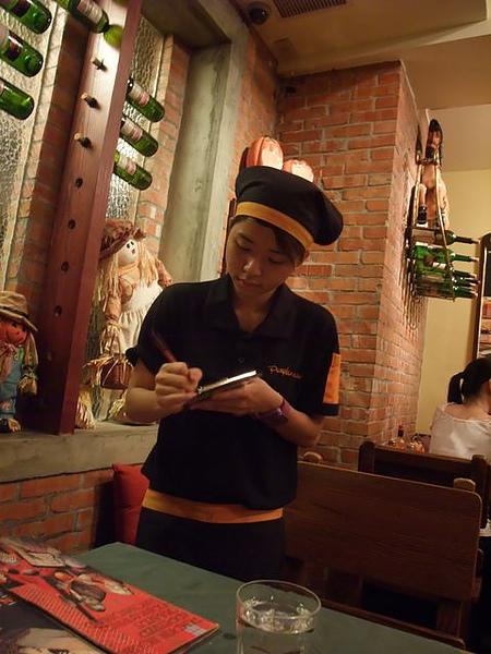 第1日晚餐-南瓜屋-服務生.jpg