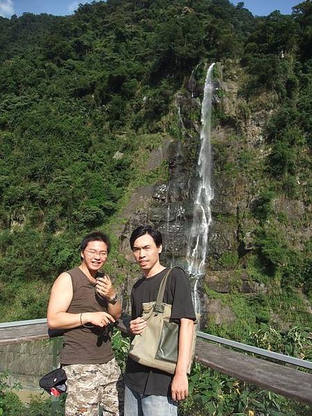 烏來-台車-瀑布站-彭桑與祈哥.JPG