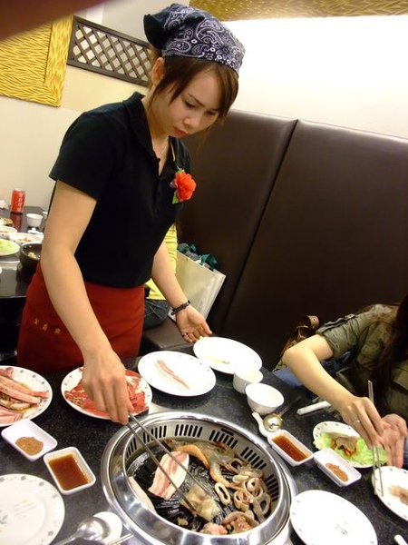 服務生幫忙烤肉.JPG