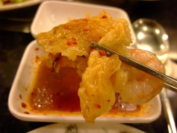 海鮮煎餅-沾上酸辣醬汁.JPG