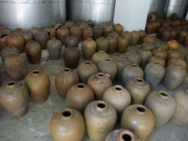 林口酒廠-一大堆的甕.JPG