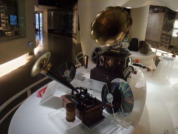 台塑文化紀念館-黑膠唱片機也有.JPG