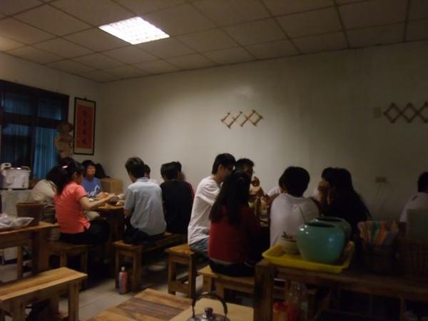 剛好一群學生在慶祝.JPG