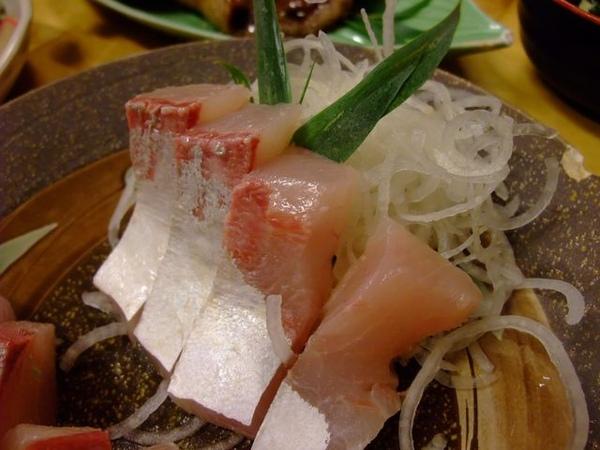 生魚片-這厚度也有超過2cm了吧.JPG