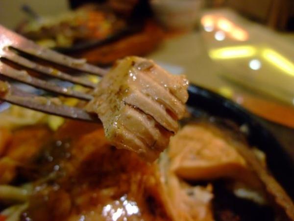 頂皇鮭魚排-吃起來新鮮+特別的鮭魚滋味.JPG